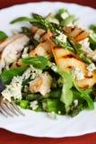 Groene salade met peren en geroosterd Stock Foto's