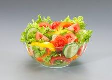 Groene salade met tomaten, komkommers en peper royalty-vrije stock fotografie