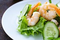 Groene salade met verse garnalen Stock Afbeeldingen