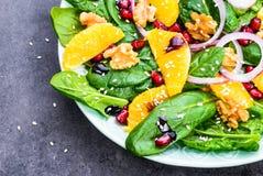 Groene salade met verse spinaziebladeren en sinaasappel Stock Fotografie