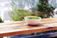 Groene Saladekom op de lichte houten oppervlakte Gezonde Lunch Royalty-vrije Stock Foto