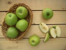 Groene sappige appelen in een rieten mand, ecostijl, rustieke stijl Royalty-vrije Stock Fotografie