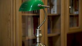 Groene Schemerlamp in het binnenland van de Huisbibliotheek stock footage