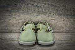 Groene schoenen voor baby Stock Afbeelding