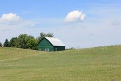 Groene schuur op heuvel Stock Foto