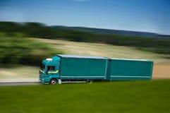 Groene semi vrachtwagen en aanhangwagen Stock Foto