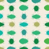 Groene silhouetkevers op een roomachtergrond Naadloze vector herhaalt van insecten in rijen vector illustratie