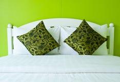 Groene Slaapkamer in een modern huis Stock Fotografie