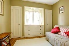 Groene slaapkamer met witte deuren en opmaker. Royalty-vrije Stock Foto's