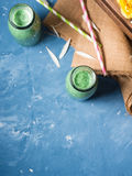 Groene smoothie in glasflessen Stock Fotografie