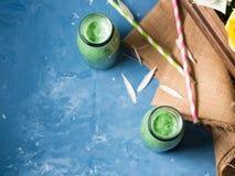 Groene smoothie in glasflessen Royalty-vrije Stock Afbeeldingen