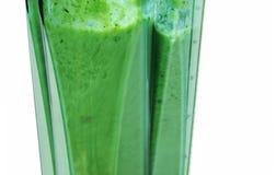 Groene Smoothie Het mengen van ingrediënten voor groene smoothie met whi royalty-vrije stock afbeelding