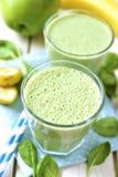 Groene smoothie met appel, banaan en spinazie Royalty-vrije Stock Foto's