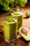 Groene smoothie met avocado, kiwi, komkommer en munt Royalty-vrije Stock Foto's