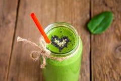 Groene smoothie met hart van zaden Stock Afbeeldingen