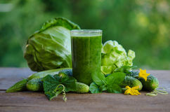Groene smoothie met komkommer, munt, courgette en kool Stock Afbeelding