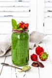 Groene smoothie met superfoods Pudding van chiazaden van de Matcha de groene thee stock foto's