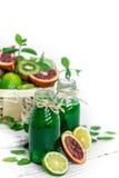 Groene Smoothie op witte achtergrond Royalty-vrije Stock Afbeeldingen