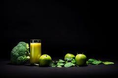 Groene smoothie op zwarte Royalty-vrije Stock Afbeelding