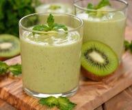 Groene smoothies royalty-vrije stock fotografie