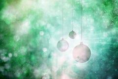 Groene sneeuwval bokeh met Kerstmisbollen Royalty-vrije Stock Afbeeldingen