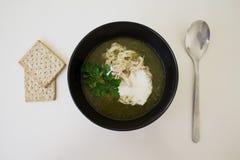 groene soep van spinache en brocolli met kip en crem in t stock foto