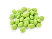 Groene sojabonen op witte achtergrond Stock Afbeelding