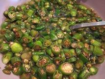Groene Spaanse peper die met sojasaus in een kom wordt gesneden Zonnebloemzaden - zaadfonds De groene saus van de Spaanse pepersa stock foto