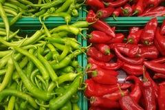 Groene Spaanse peper en rode Spaanse peper Royalty-vrije Stock Foto's