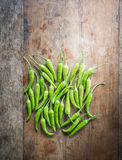 Groene Spaanse peper op een oude houten achtergrond Royalty-vrije Stock Foto's