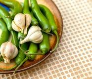 Groene Spaanse peperpeper en knoflookkruidnagels Royalty-vrije Stock Afbeeldingen