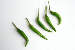 Groene Spaanse pepers in rij Royalty-vrije Stock Afbeeldingen