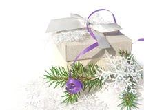 Groene spar, witte gift op een witte achtergrond De achtergrond van Kerstmis Royalty-vrije Stock Fotografie