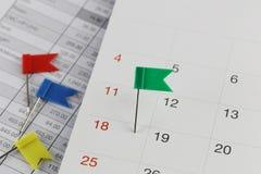 Groene Spelden aan Wilde stakingen op de kalender naast het aantal van eigh Royalty-vrije Stock Afbeeldingen