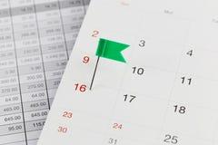 Groene Spelden aan Wilde stakingen op de kalender naast het aantal van sixt Royalty-vrije Stock Afbeelding