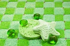 Groene spons, badschuim en zout. Stock Foto's