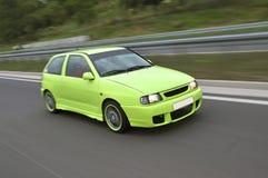 Groene sportwagenaandrijving snel royalty-vrije stock foto's