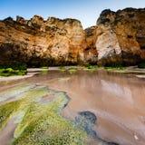 Groene Stenen in Porto DE Mos Beach in Lagos, Algarve Stock Afbeeldingen