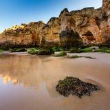 Groene Stenen in Porto DE Mos Beach in Lagos, Algarve Royalty-vrije Stock Fotografie