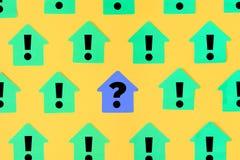 Groene stickers in de vorm van een huis op een gele achtergrond, worden zij geschreven uitroeptekens In het centrum op a royalty-vrije illustratie