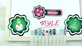 Groene stickers en de wintermanicure stock videobeelden