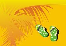 Groene strandsandals op zand Stock Fotografie