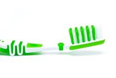 Groene tandenborstel die op wit wordt geïsoleerd Stock Foto
