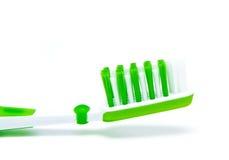 Groene tandenborstel die op wit wordt geïsoleerd Royalty-vrije Stock Afbeelding