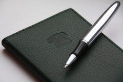 Groene telefoonnotitieboekje en bal -bal-poin Royalty-vrije Stock Foto's