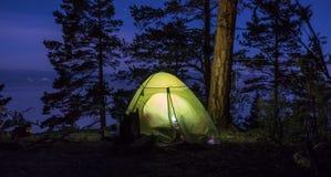 Groene tent bij nacht Stock Afbeeldingen