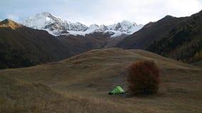 Groene tent in de herfstberg stock footage