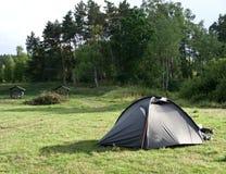 Groene tent op groen gebied stock foto