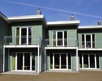 Groene terrasvormige huis voor-mening royalty-vrije stock afbeeldingen