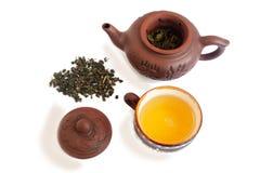 Groene thee in ceramische waren Geïsoleerd op wit stock foto's